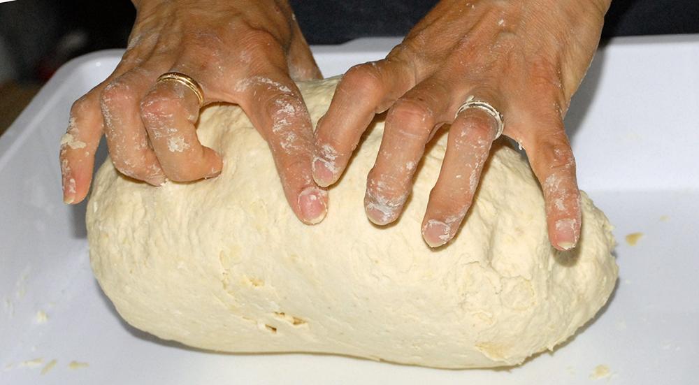 fare a mano l'impasto per la pizza
